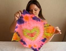 видео-урок по узелковому батику, роспись банданы – узор сердце.