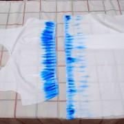 Проглаживаем части платья закрепляя краску