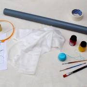 Инструменты и материалы: </b> шелковая ткань на шарф - туаль (180 см на 40см), акриловые нитки, малярный скотч, сантехническая труба примерно 1 м, пяльца, трафарет, исчезающий фломастер или карандаш, краски по шелку: желтая, оранжевая, красная, резерв – здесь прозрачный, и кисти синтетика, т.к. они лучше подходят для акриловых красок по батику.